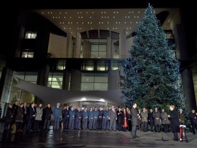 Weihnachtsbaum Brauchtum.Merkel Nimmt Weihnachtsbäume Für Das Kanzleramt Entgegen Kultur