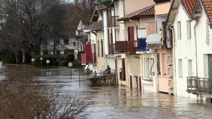 Zehntausende Haushalte wegen Unwetters in Frankreich ohne Strom