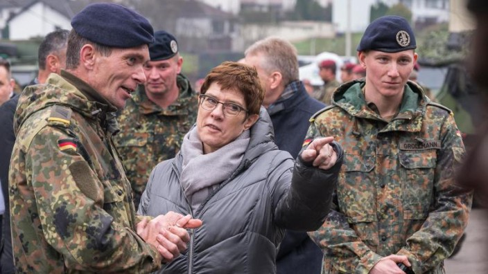 Kramp-Karrenbauer zu Bundeswehr in Sahel-Zone - Für robusteres Mandat
