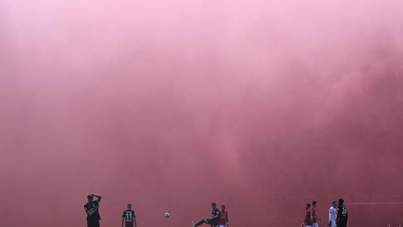 Innenminister für härtere Strafen bei Pyro im Fußballstadion