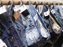 Die Modebranche könnte die steigenden Baumwollpreise bald auf Jeans und Co. aufschlagen.