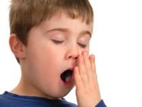 Müdes Kind, Gähnen