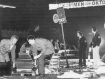 Bergung eines Opfers nach dem Anschlag auf das Oktoberfest in München, 1980
