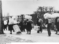 Flüchtlinge 1945 in Richtung Westen bewegen sich die zahllosen Flüchtlinge