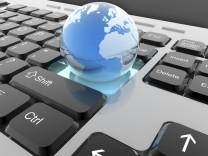 Weltkugel auf Tastatur