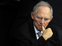Bundesfinanzminister Wolfgang Schäuble unter Druck: Mitarbeiter der verstaatlichten HRE erhielten Jahresboni - obwohl die Bank 2009 Verlust gemacht hat.