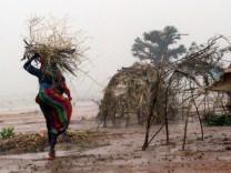 Darfur-Flüchtlinge - Brennholz-Transport im Regen