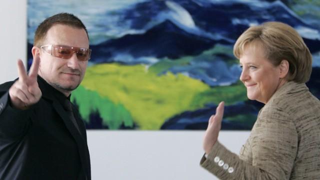 U2 Sänger Afrika-Aktivist und Rockstar Bono, Bundeskanzlerin Angela Merkel