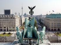 Quadriga auf dem Brandenburger Tor mit Blick auf Unter den Linden