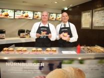 Uli Hoeneß grillt Würstchen bei McDonald's