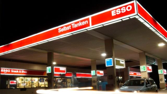 Esso-Tankstelle bei Nacht