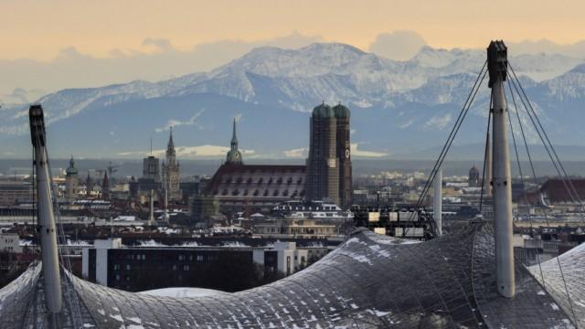 Olympiastadion und Frauenkirche in Muenchen