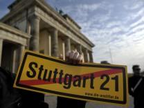 'Stuttgart 21'-Gegner protestieren am Brandenburger Tor