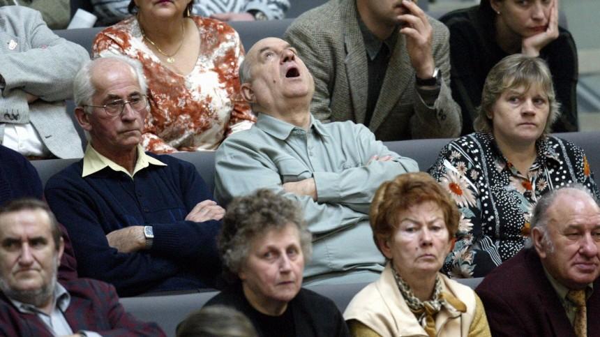 Rentner verfolgen Bundestagsdebatte über Rentenreform, 2004