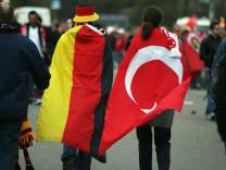 Deutscher und türkischer Fan vor dem EM-Qualifikationsspiel Deutschland gegen Türkei am vergangenen Freitag in Berlin.