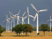 Die Milliardenförderung von Solar- und Windanlagen wird durch Beiträge von allen Stromkunden finanziert - der Boom der erneuerbaren Energien wird für die Verbraucher teuer.