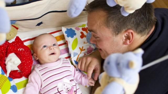 Umfrage: Auch Väter wollen Kinder betreuen