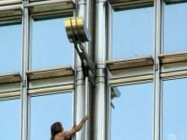 "´Spiderman"" erklimmt 283-Meter hohes Cheung Kong Centre"