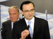 Die Rolle von HSH-Chef Dirk Jens Nonnenmacher (rechts) im Spitzelskandal ist umstritten. HSH-Aufsichtsratschef Hilmar Kopper spricht ihm erneut das Vertrauen aus.