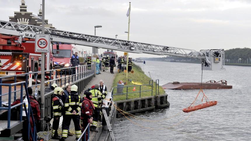 Deutsches Frachtschiff rammt Fähre in Holland