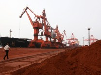 Im ostchinesischen Hafen von Lianyungang wird Sand, in dem Seltene Erden enthalten sind, für den Export nach Japan verladen.