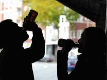 Kinderdienst: Schulstress laesst viele Jugendliche zum Alkohol greifen