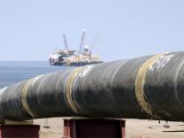 Erster Strang der Ostseepipeline im deutschen Kuestenmeer verlegt
