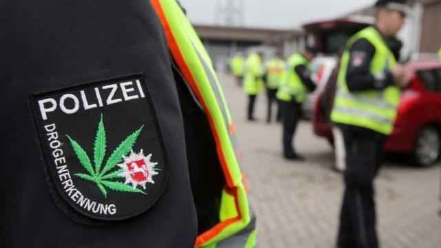 Hanfblatt auf Polizeiuniform
