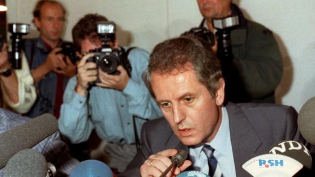 """Uwe Barschel, 1987 bei der spektakulären """"Ehrenwort""""-Pressekonferenz in Kiel"""