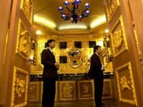 Goldene Toilette in einem Juweliergeschäft in Hong Kong, 2001