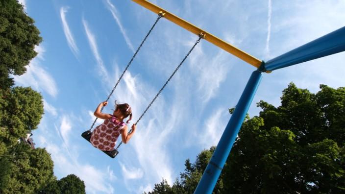 Kind auf Schauckel, 2010