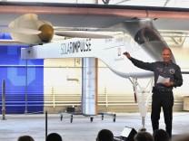 Bertrand Piccard ist nicht nur Entdecker und Psychiater. Er hält auch Vorträge über seine Erkenntnisse: Hier spricht er über sein neuartiges Flugzeug, dass allein mit Sonnenlicht angetrieben wird.