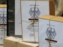 Ueber 40.000 Unterschriften fuer Deutsch in Verfassung uebergeben