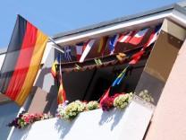 Geschmückter EM-Balkon in Berlin