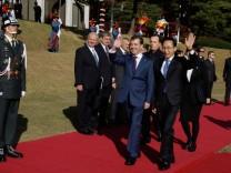 Russlands Oberhaupt Dmitri Medwedew und der südkoreanische Präsident Lee Myung-Bakduring bei einer Willkommenszeremonie in Seoul. Die Diskussionen der G20 werden nicht so einträchtig verlaufen.