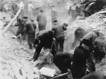 Zwangsarbeiter beim Trümmerräumen, 1942