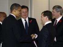 Obama, Cameron, Medwedjew, Merkel, Sarkozy,  und viele andere Staatschefs fliegen samt ihrer Finanzminister zum G-20-Gipfel nach Seoul in Südkorea.