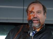Duisburgs Oberbuergermeister Sauerland mit Ketchup attackiert
