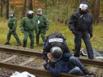 Französischer Polizist bei Castor-Protest handgreiflich