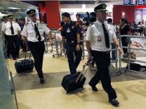 Die Besatzung des Qantas-Airbusses A380 verlässt den Flughafen Singapur nach der geglückten Notlandung.