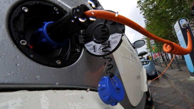 Smart mit Elektroantrieb an der Ladesäule