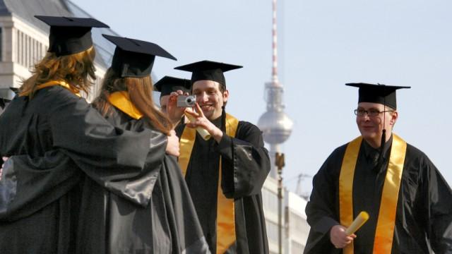 Gruppenbild vor Brandenburger Tor zum Studienabschluss