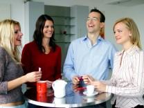 Freundlich sein und viel fragen: So klappt es mit den Kollegen