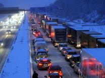 Neuschnee behindert Verkehr