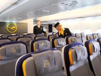 Lufthansa Airbus A380 Sitzreihen Stewardess Fulgzeug
