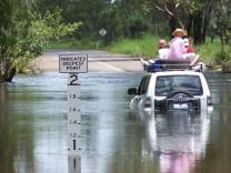 Deutsche aus Fluss voller Krokodile gerettet