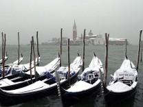 Schneebedeckte Gondeln in Venedig
