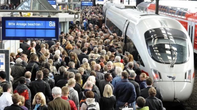 Deutsch Bahn Reisende vor einem ICE im Hauptbahnhof in Hamburg