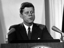 John F. Kennedy bei Fernsehansprache an die Nation zum Ende der Kubakrise, 1962