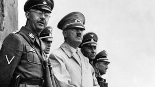 Nazi-Verbrecher Adolf Hitler und Heinrich Himmler im Jahre 1940.